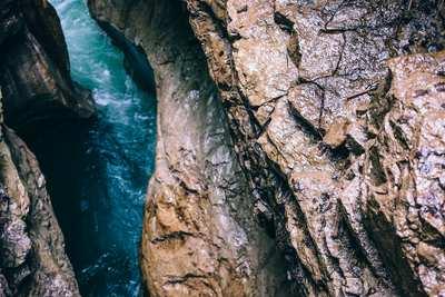 Wo das Wasser wild durch den Fels sprudelt