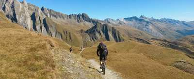 Up & down – mountain passes and singletracks for beginners